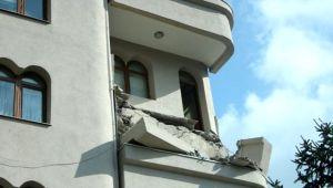 Şişli'de 5 katlı bir binanın 4'üncü katında bulunan balkon çöktü