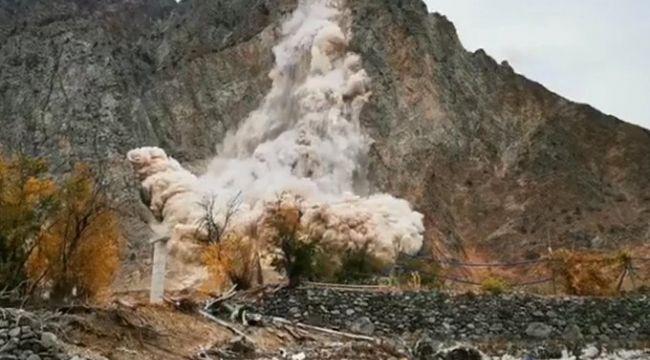 6 kez taşınan Yusufeli'de heyelan: Kopan kayalar baraj inşaatı alanına düştü