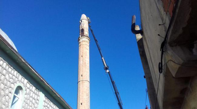 Depremde hasar gören minarenin yıkımına başlanıldı