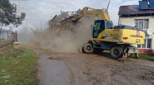 İnegöl'deki 5 metruk binanın yıkımı gerçekleştirildi