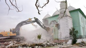 Manisa'da depremde hasar gören binaların yıkımı sürüyor
