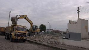 Tarsus'ta mevzuata aykırı yapı yıkıldı