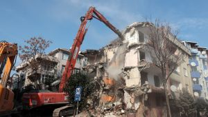 Avcılar'da, 5.8'lik depremin ardından hasar gören binanın yıkımı gerçekleştirildi