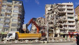 Elazığ'da acil yıkım kararı verilen binalar tek tek yıkılıyor
