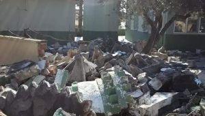Manisa'daki depremde ağır hasar gören yapıların yıkımı devam ediyor