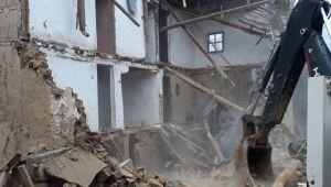 Tehlike arz eden metruk binalar yıkılıyor