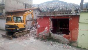 Pınarbaşı'nda metruk bina yıkıldı