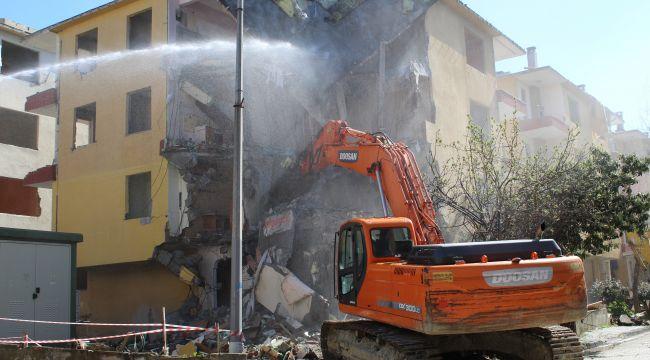 Büyükçekmece'de ağır hasarlı 64 daireli 8 binanın yıkım işlemlerine başlandı