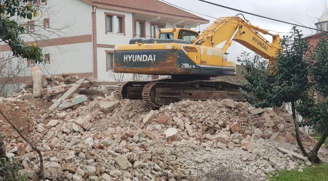 Kartepe'de 21 yıllık orta hasarlı bina yıkıldı