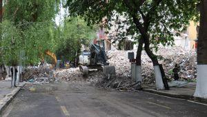 Depremde ağır hasar gören bina kontrollü yıkılıyor