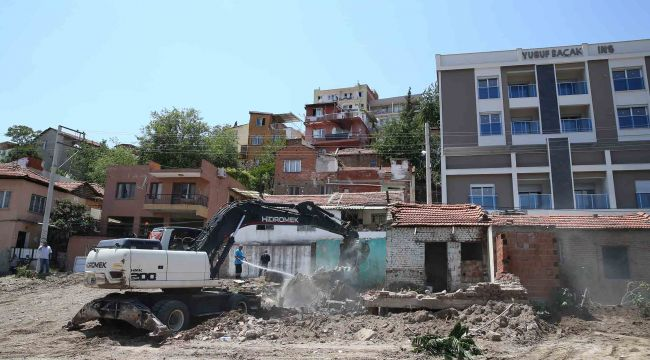 Karşıyaka'da metruk binalar yıkıldı