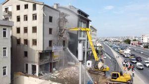 Büyükçekmece'de riskli binaların yıkımı devam ediyor