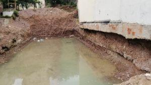 İnşaat temeline dolan yağmur suları yan binanın temelini boşalttı
