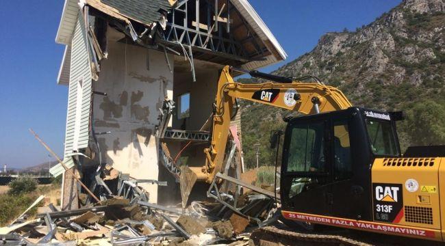 Milas'ta kaçak olduğu tespit edilen bina yıkıldı