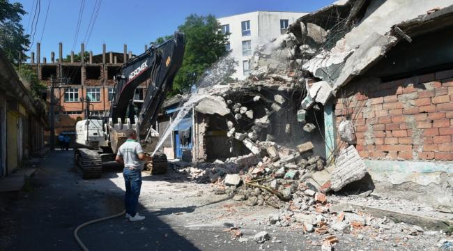 Çorlu'da metruk binalar yıkılıyor