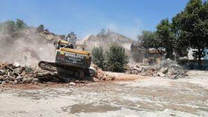 Tarihi okulun yıkımına başlandı