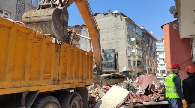 Zeytinburnu Belediye Başkanı Arısoy, çöken binanın önünde açıklama yaptı: Burada, kısıtlama olmasaydı pazar kurulacaktı